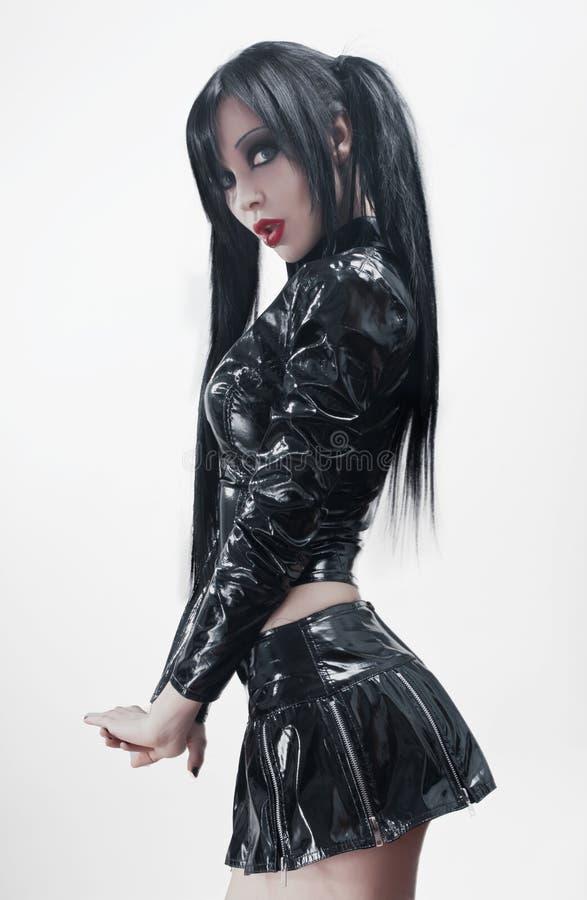 Mulher 'sexy' triguenha no traje preto do vinil imagens de stock royalty free