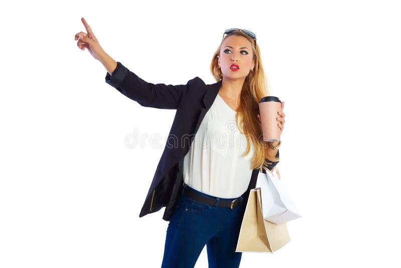 A mulher shopaholic loura ensaca o fundo branco imagem de stock