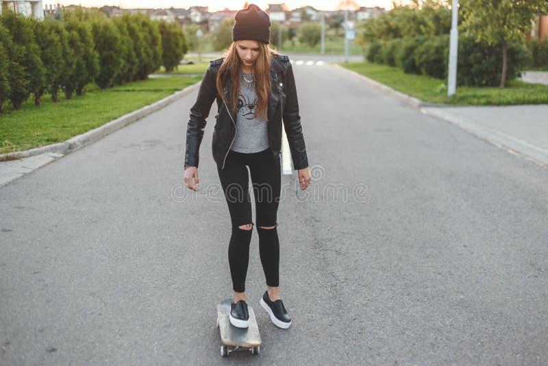 Mulher Skateboarding de pressa na cidade fotografia de stock