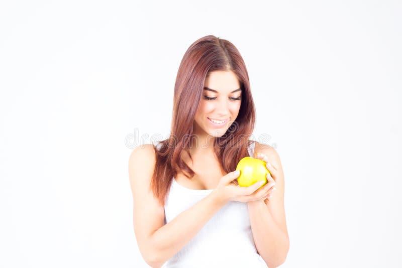 Mulher smilling feliz que olha a maçã Estilo de vida saudável imagem de stock royalty free