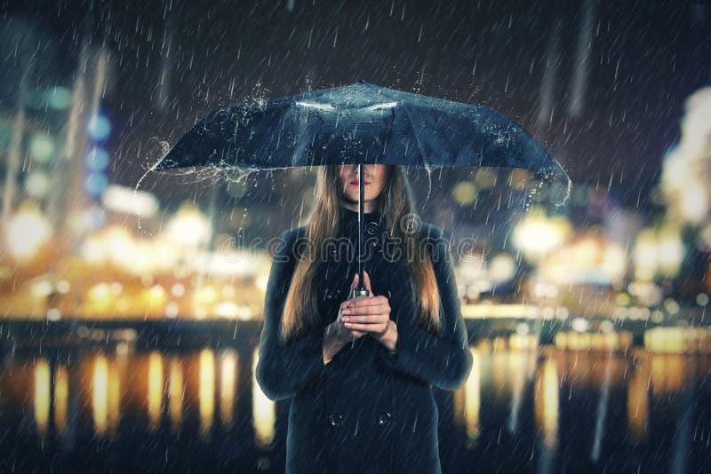 Mulher sob a chuva com guarda-chuva preto fotos de stock royalty free
