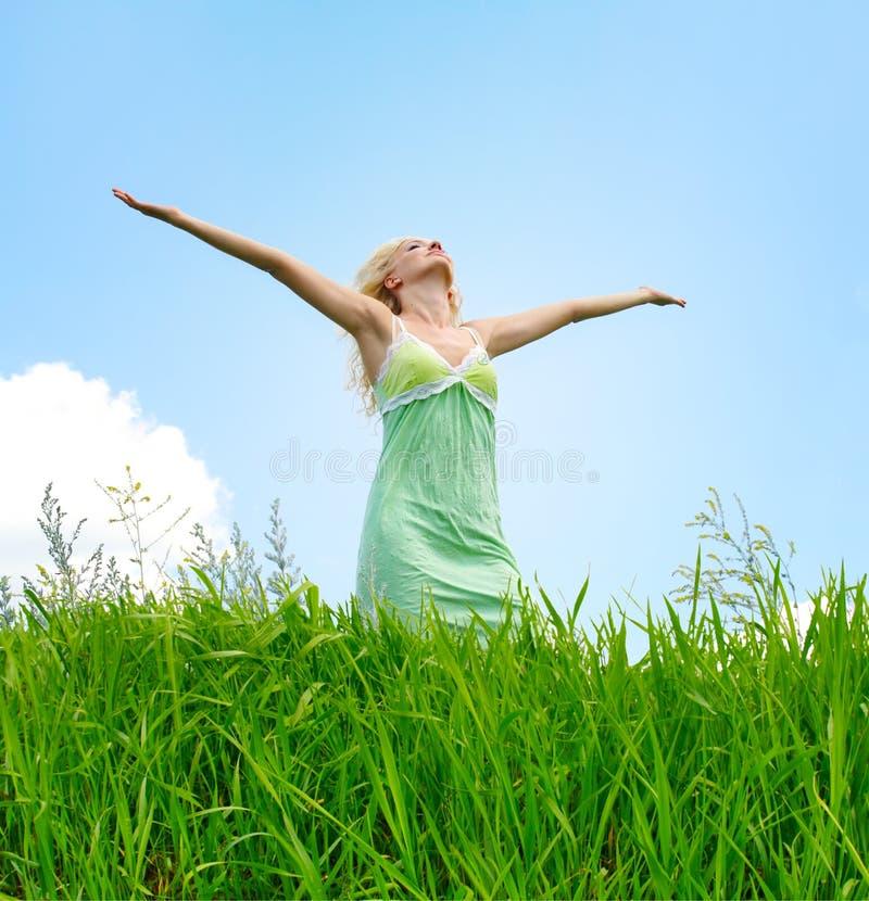 Mulher sob o céu azul fotos de stock royalty free