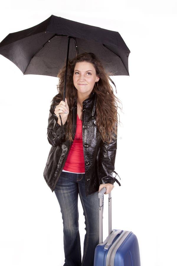 Mulher sob o guarda-chuva com mala de viagem imagens de stock