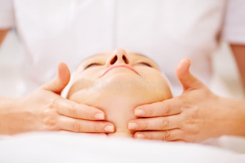 Mulher sob o tratamento facial em termas da beleza imagens de stock royalty free