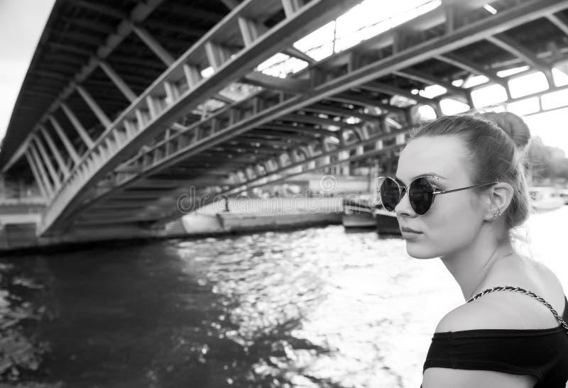 Mulher sob a ponte em Paris, França fotos de stock
