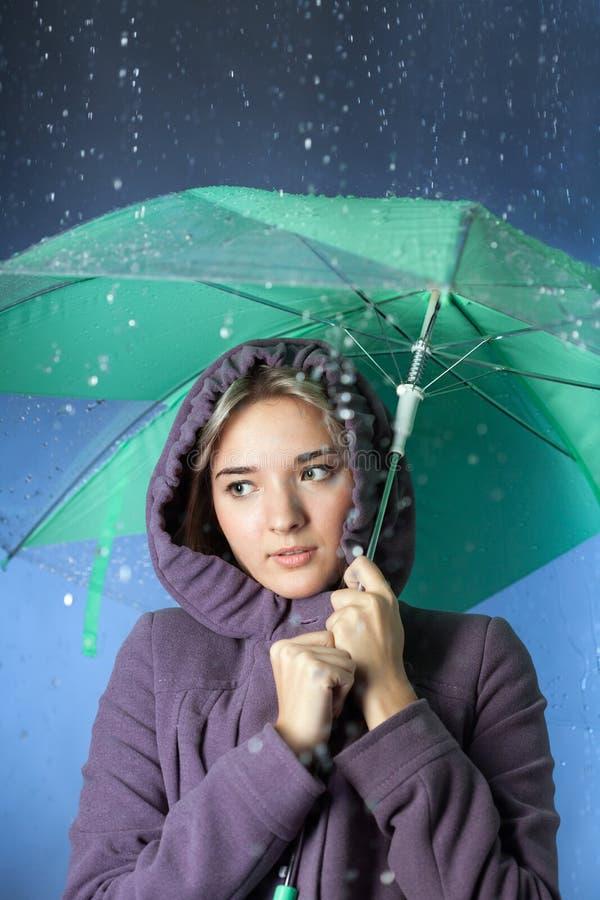 Mulher sob um guarda-chuva foto de stock