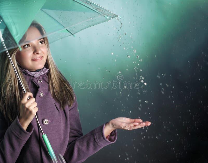 Mulher sob um guarda-chuva imagem de stock
