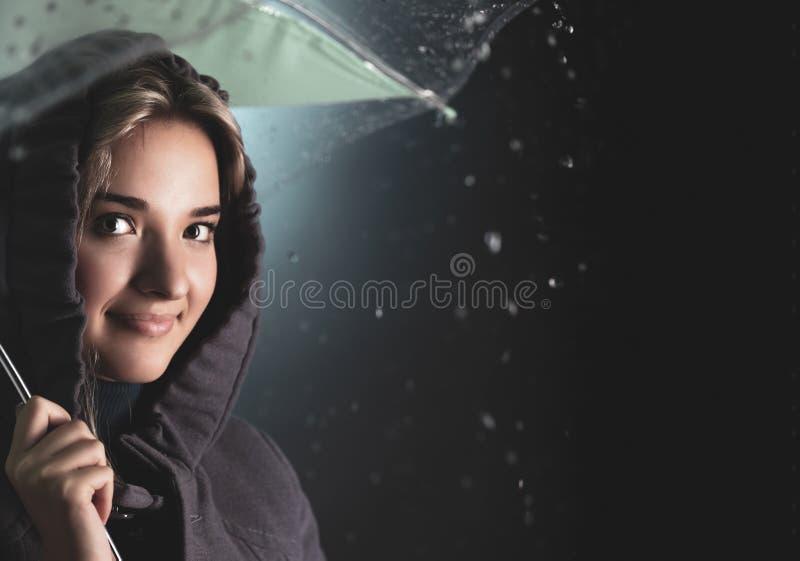 Mulher sob um guarda-chuva imagem de stock royalty free