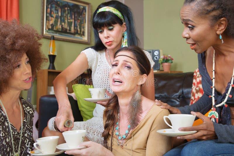 Mulher Sobbing com amigos e álcool fotografia de stock royalty free