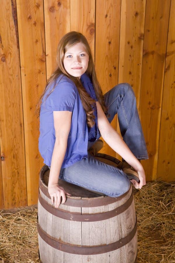 Mulher sobre o tambor do uísque fotos de stock royalty free