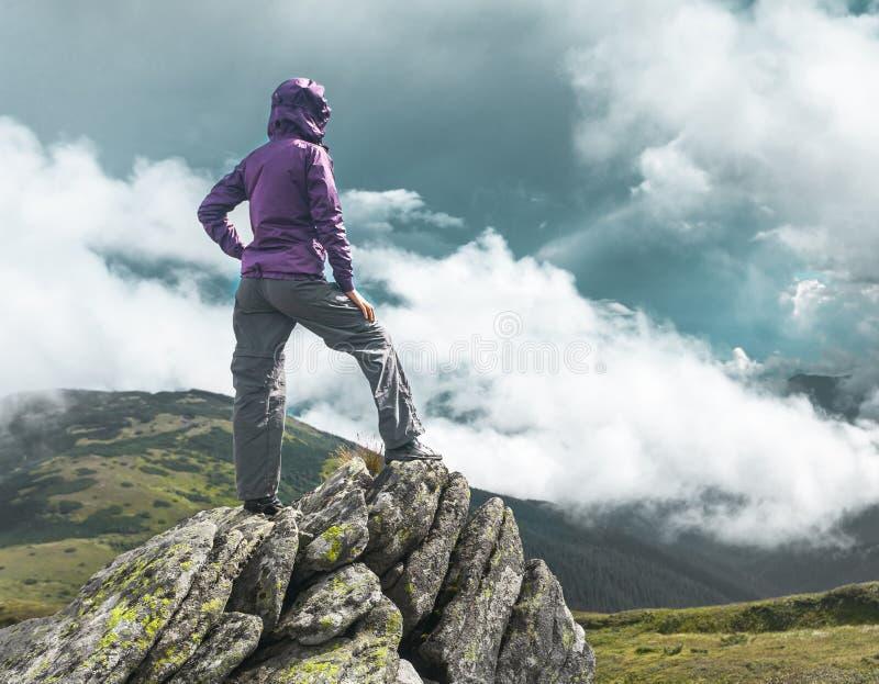Mulher sobre uma montanha foto de stock royalty free