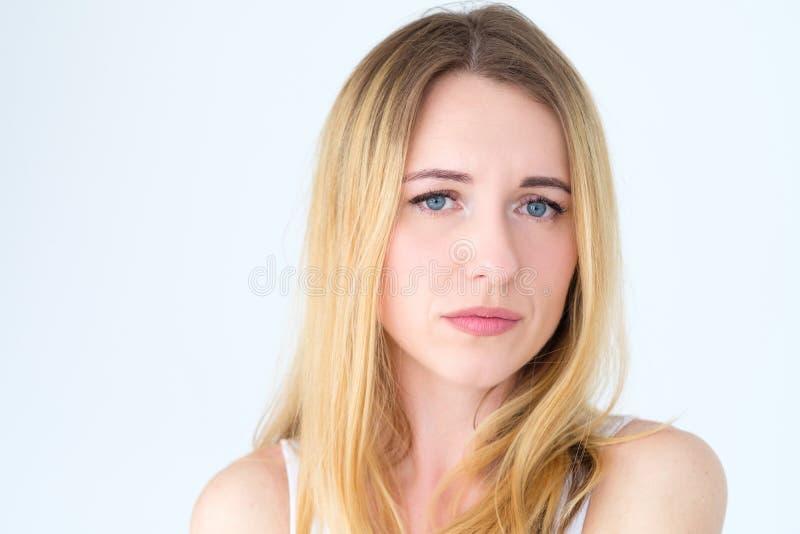 Mulher sombrio deprimida triste do baixo espírito da cara da emoção fotografia de stock