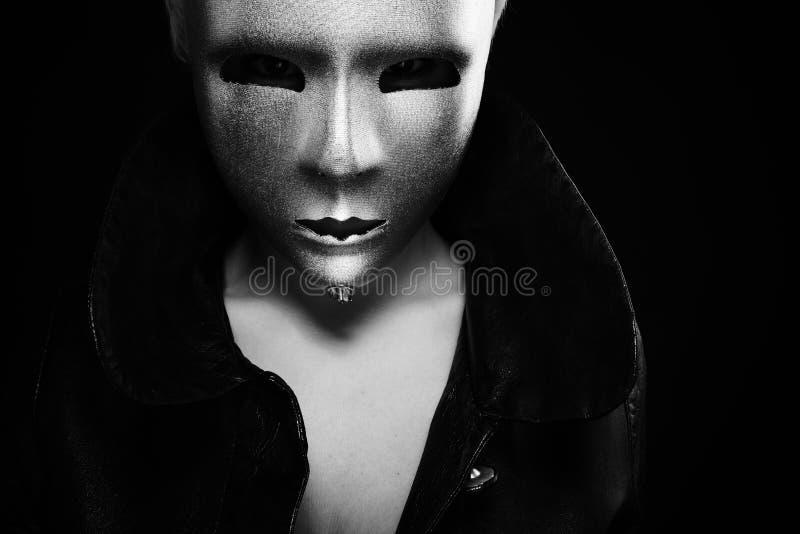 Mulher sombrio na máscara de prata foto de stock royalty free