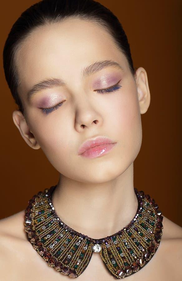 Mulher sonhadora com olhos fechados e a colar decorativa fotos de stock royalty free