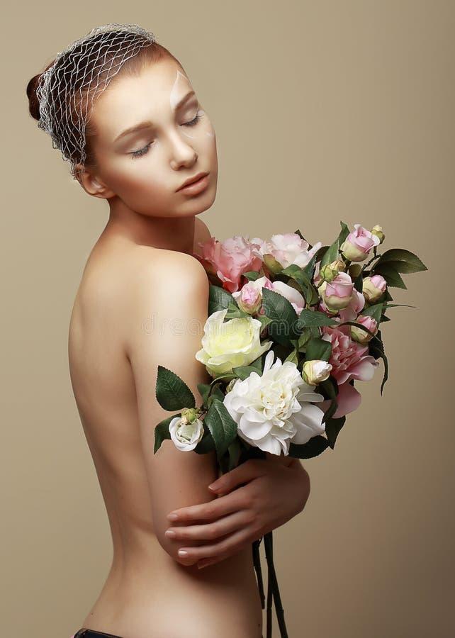 Mulher sonhadora nova com o ramalhete das flores imagens de stock