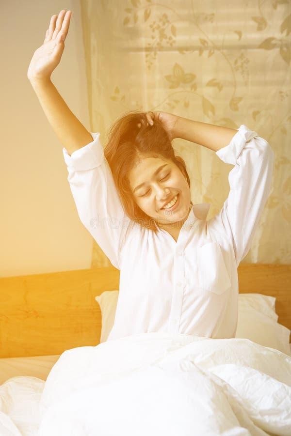 Mulher sonolento cansado que acorda com um estiramento imagens de stock royalty free