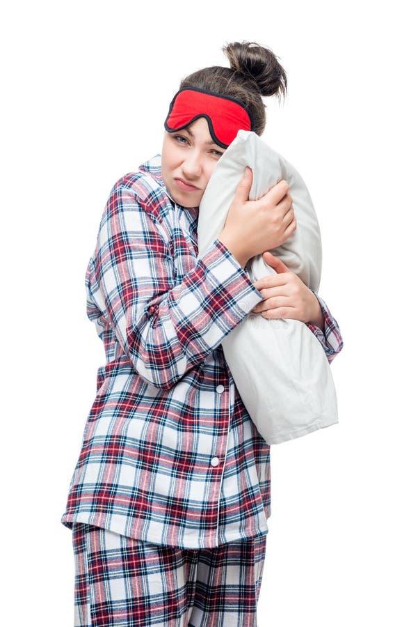 Mulher sonolento nos pijamas que abraçam seu descanso favorito contra imagens de stock