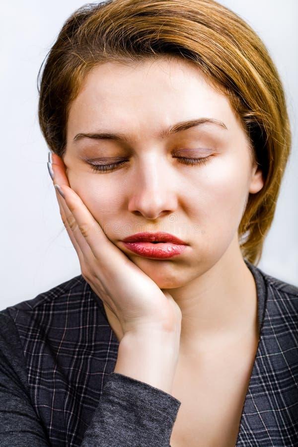 Mulher sonolento que olha furada muito e cansada fotos de stock royalty free