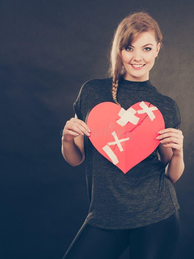 Mulher sorridente com coração curado imagens de stock