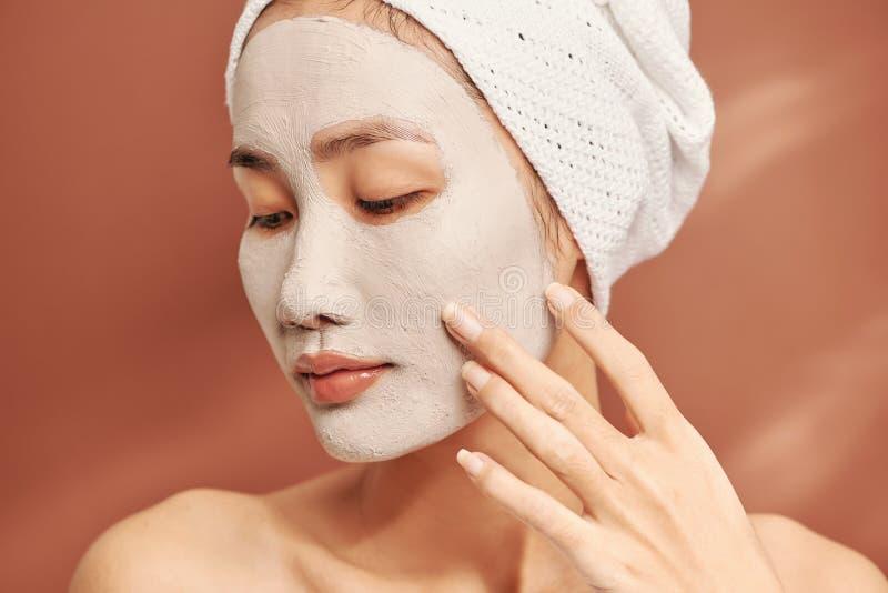 Mulher Spa aplicando Máscara de argila facial Tratamentos de beleza imagem de stock royalty free