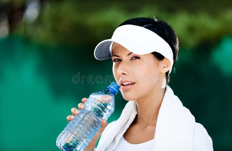 Mulher Sportive com o frasco da água imagem de stock royalty free