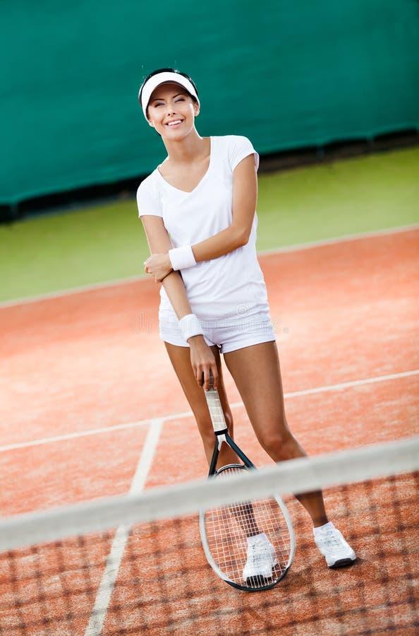 Mulher Sportive na corte de tênis imagens de stock