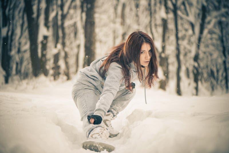 Mulher Sportive na floresta do inverno fotos de stock
