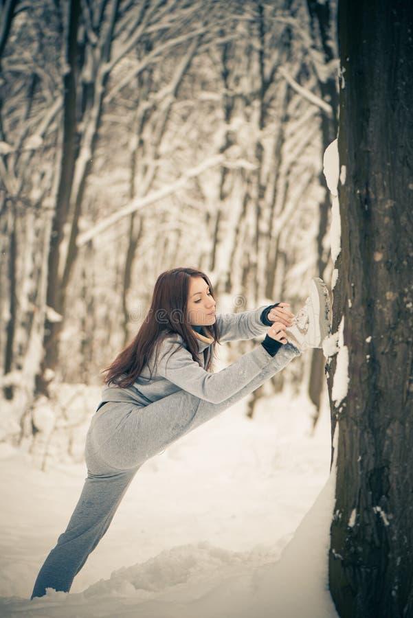 Mulher Sportive na floresta do inverno imagens de stock royalty free