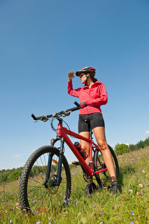 Mulher sportive nova na bicicleta de montanha fotografia de stock royalty free
