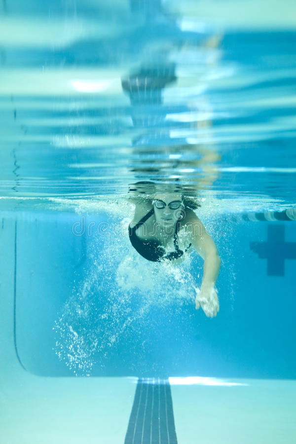 Mulher subaquática fotografia de stock