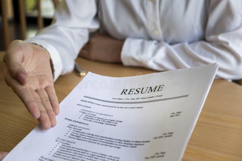 A mulher submete a candidatura a cargo, entrevistador que lê um resumo imagem de stock royalty free