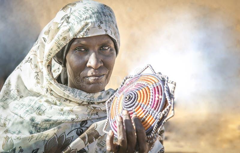 Mulher sudanesa que vende lembranças em um deserto imagem de stock