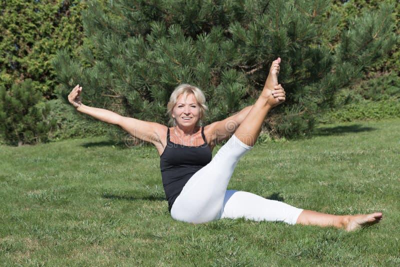 A mulher superior é de exercício e de vista a câmera foto de stock royalty free