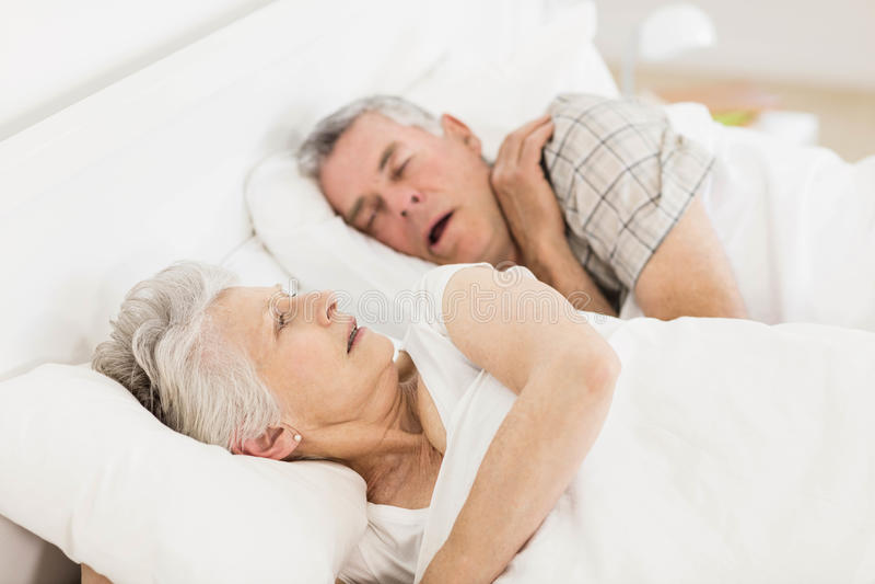Mulher superior acordada na cama fotografia de stock royalty free
