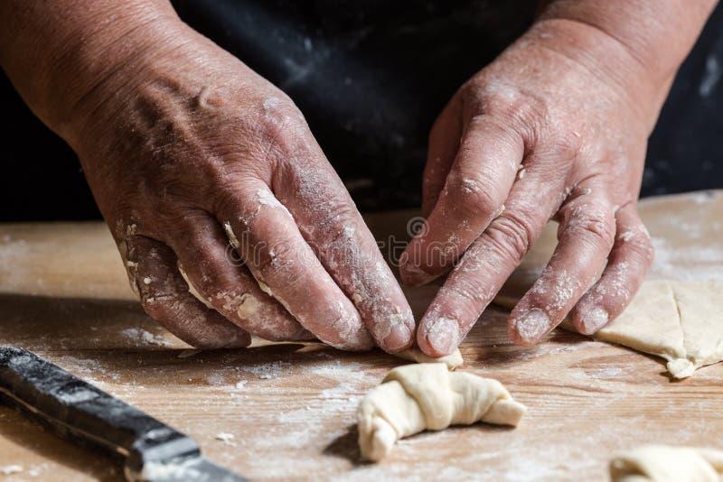 Mulher superior, avó, croissant caseiros frescos de rolamento fotos de stock royalty free