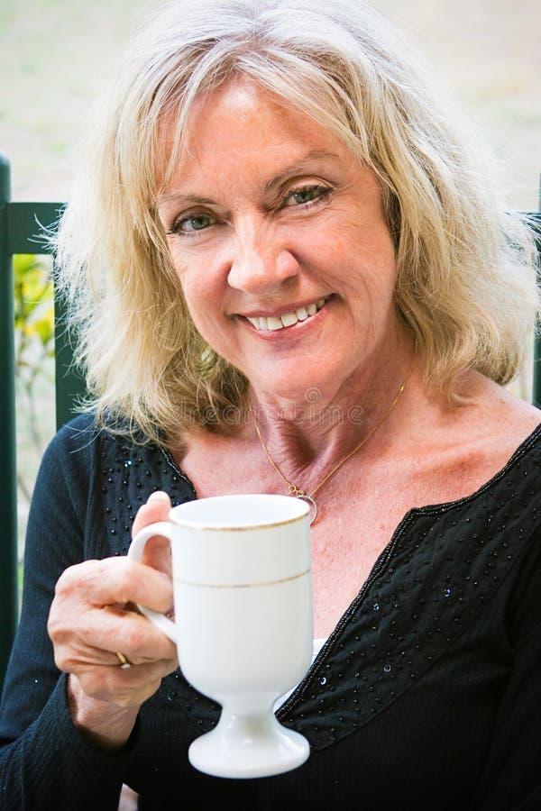 Mulher superior bonita com café imagem de stock