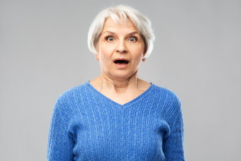 Mulher superior chocada com boca aberta foto de stock royalty free