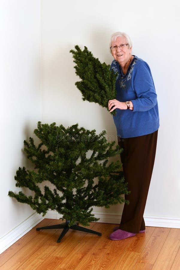 Mulher superior com a árvore de Natal falsificada imagens de stock