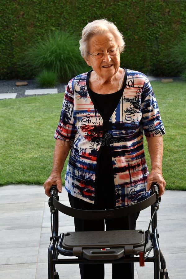 Mulher superior com auxílio de passeio fotografia de stock royalty free
