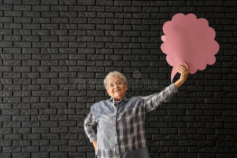 Mulher superior com bolha vazia do discurso no fundo escuro imagens de stock royalty free