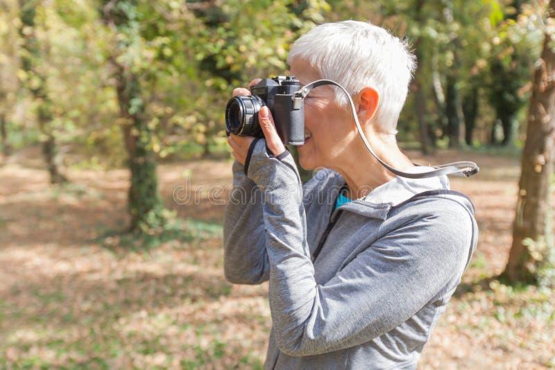 Mulher superior com a câmera retro exterior imagem de stock royalty free