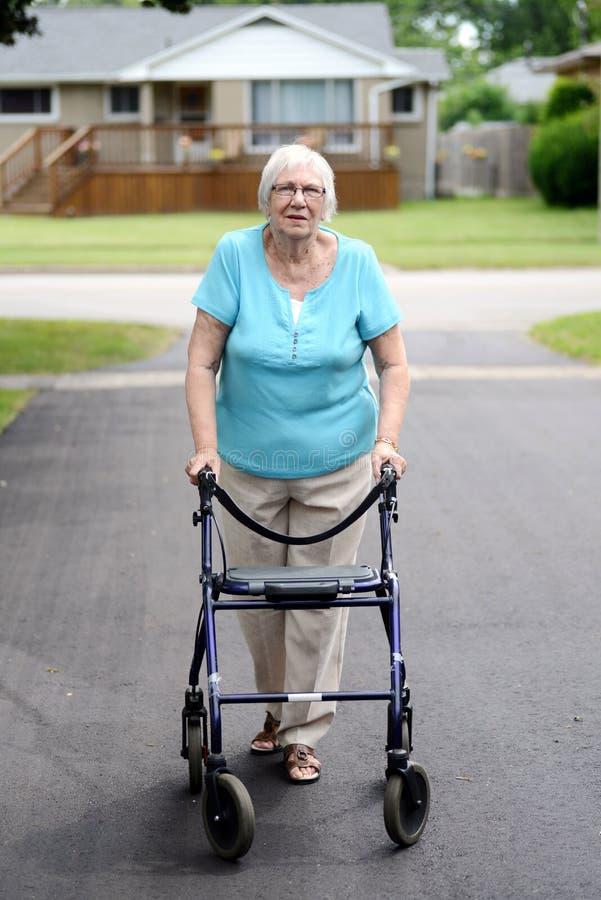 Mulher superior com caminhante fotografia de stock