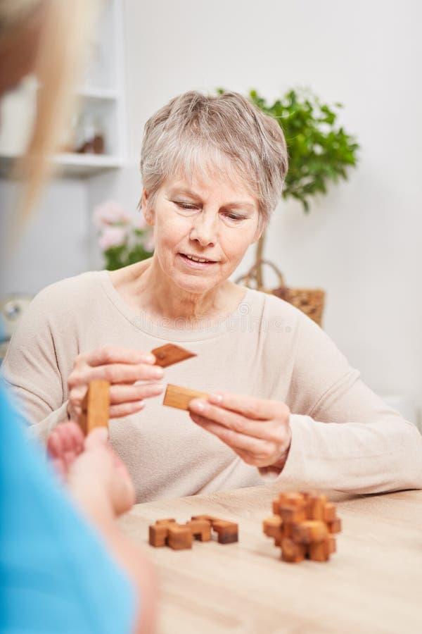 Mulher superior com demência de Alzheimers foto de stock royalty free