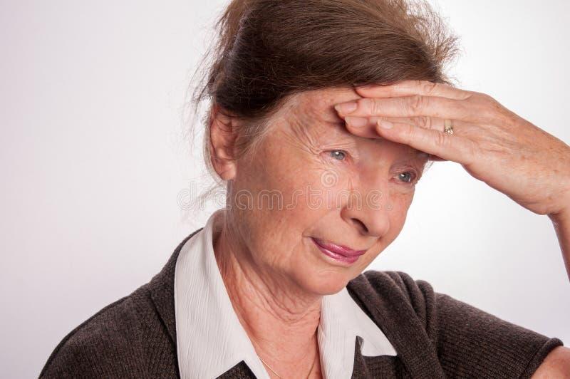Mulher superior com dor de cabeça isolada no branco fotos de stock royalty free