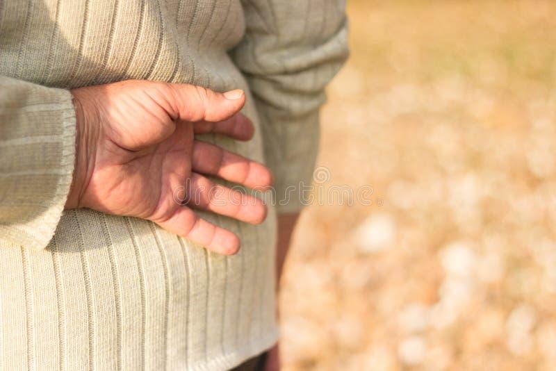 Mulher superior com mais baixa dor nas costas fotografia de stock