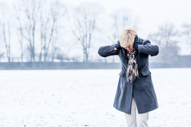 Mulher superior com neutralização no inverno imagem de stock