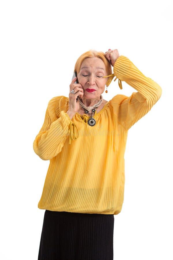 Mulher superior com o telefone isolado imagem de stock