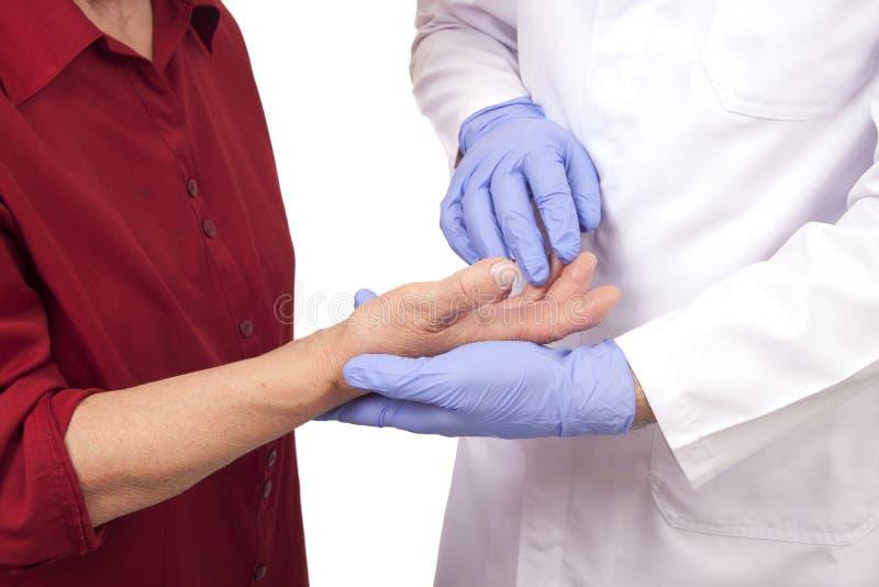Mulher superior com visita da artrite reumatoide um doutor foto de stock royalty free