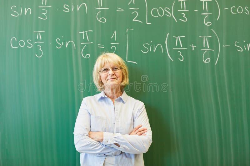 Mulher superior como o professor de matemática imagens de stock royalty free