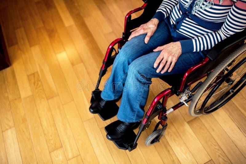 Mulher superior da solidão triste da depressão na cadeira de rodas imagem de stock royalty free
